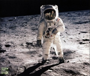 picture-astronaut-walking-leg